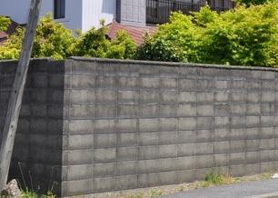 高くて中が見えない塀