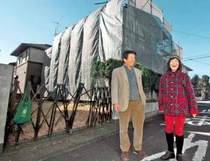 改修前の空き家を前に「文化の発信拠点にしたい」と語る深沼さん(右)と森田さん=上尾市で(東京新聞より)